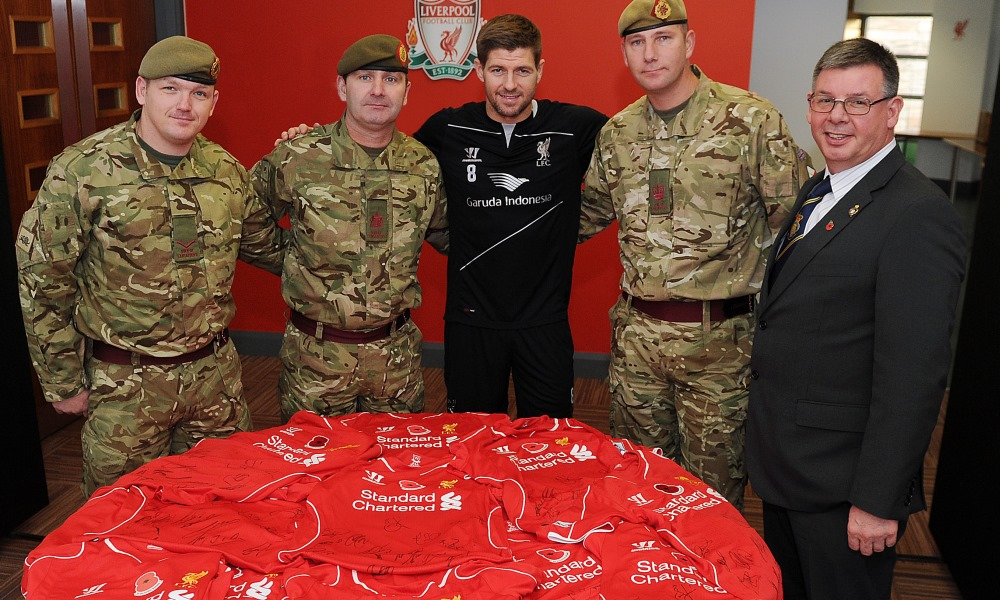 Gerrard serahkan jersey poppy bertanda tangan